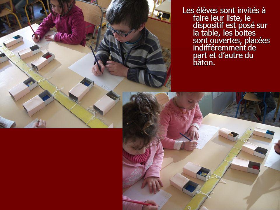 Les élèves sont invités à faire leur liste, le dispositif est posé sur la table, les boites sont ouvertes, placées indifféremment de part et dautre du