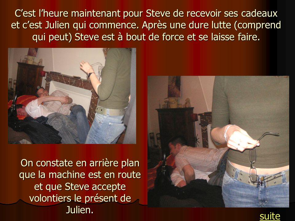 Cest lheure maintenant pour Steve de recevoir ses cadeaux et cest Julien qui commence. Après une dure lutte (comprend qui peut) Steve est à bout de fo
