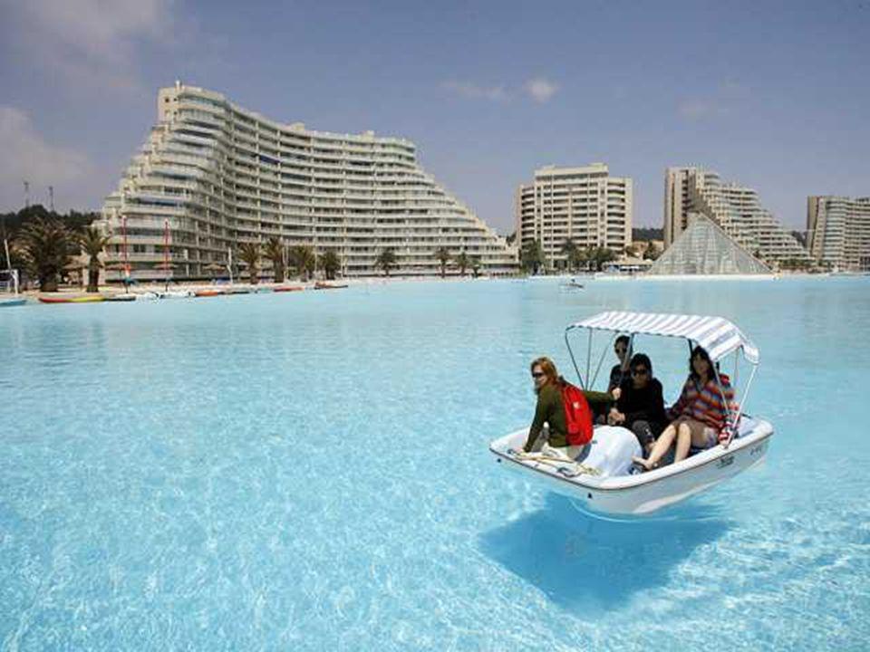1 kilomètre de long, 2,5 millions de litres d'eau, une surface de 8 hectares. Le gigantisme de la piscine de San Alfonso del Mar, n'a pas d'équivalent