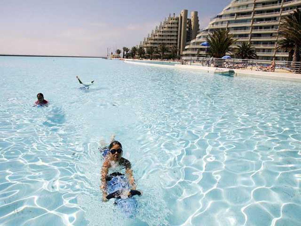 Se baigner dans une piscine n'a rien d'original. Pouvoir y naviguer beaucoup plus. Grâce à ses dimensions hors du commun, la piscine de San Alfonso de