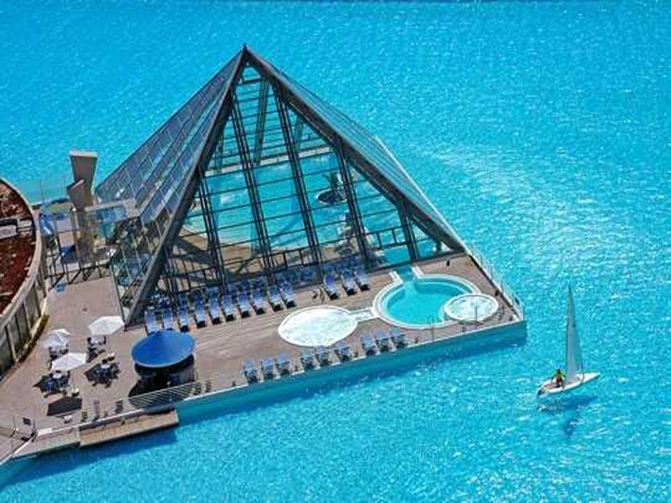 Réaliser cette piscine a nécessité un investissement de 3,5 millions de dollars, soit environ 2,4 millions d euros, selon le constructeur Crystal Lagoons.