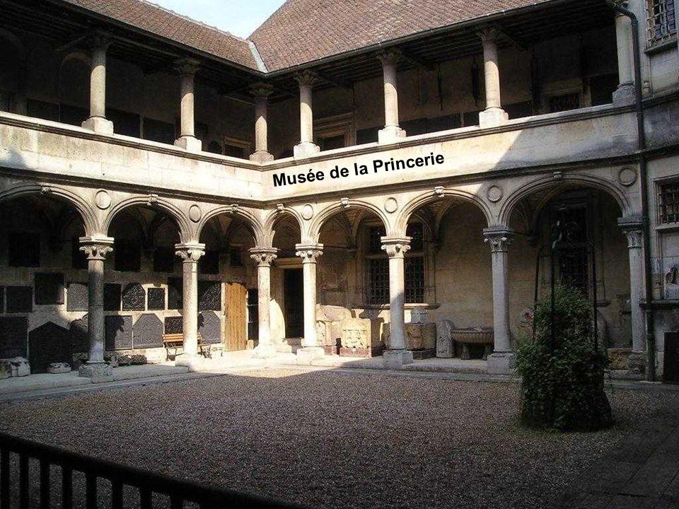 Le cloître actuel fut construit à la fin du XVIème siècle afin de remplacer le cloître roman. Il est de style gothique flamboyant et en fait une pièce