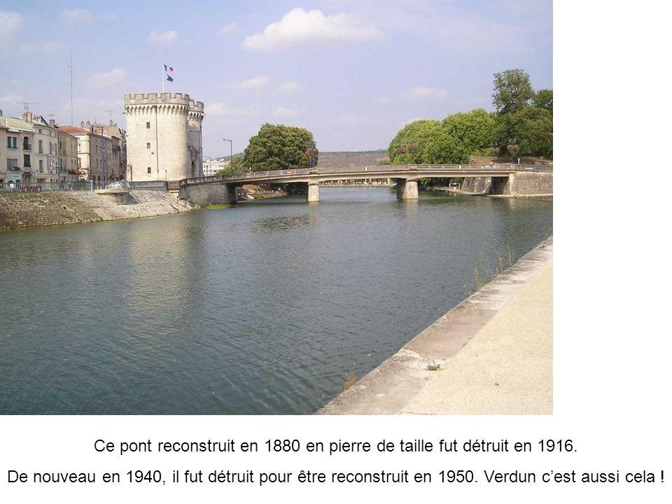 Rive Gauche de la Meuse en plein centre ville : le Quai de Londres et ses petits bateaux de plaisance.