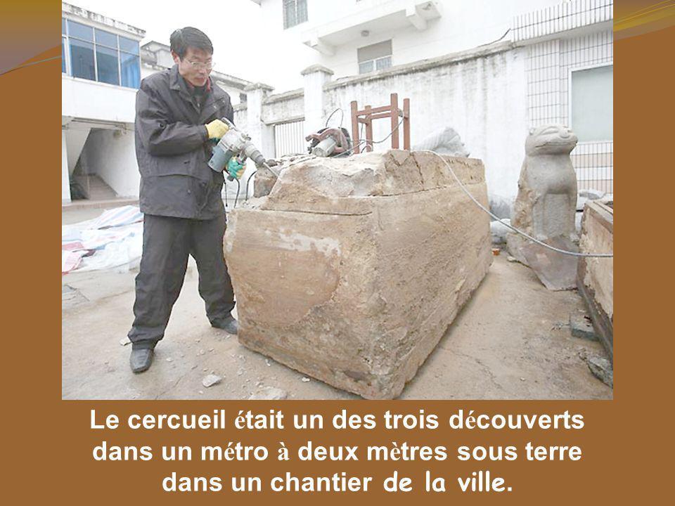 Pendant leurs enquêtes les membres de l é quipe du mus é e de Taizhou ont trouv é un certain nombre d objets fun é raires et plus de 20 pi è ces de vêtements de coton du temps des Ming.