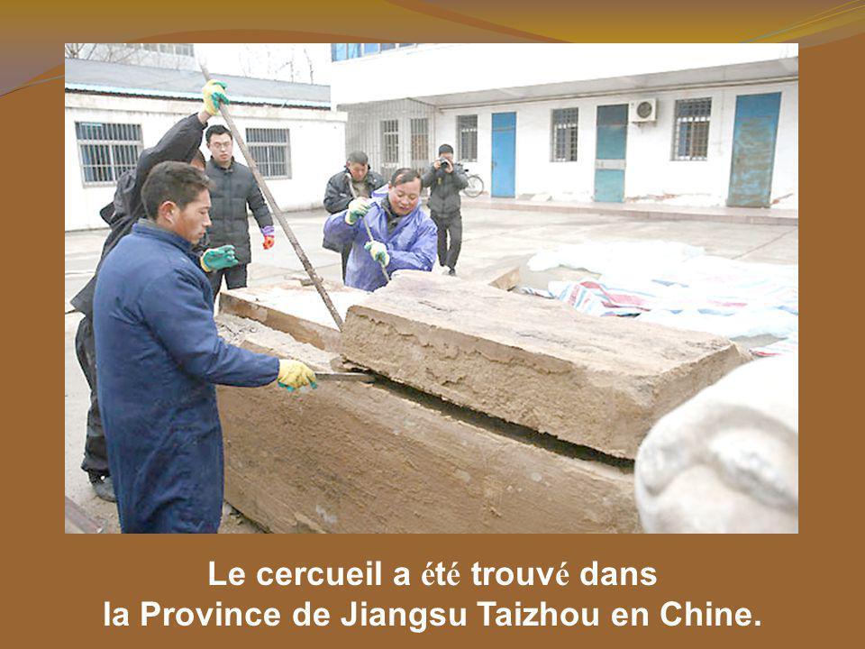 Le cercueil é tait un des trois d é couverts dans un m é tro à deux m è tres sous terre dans un chantier de la ville.