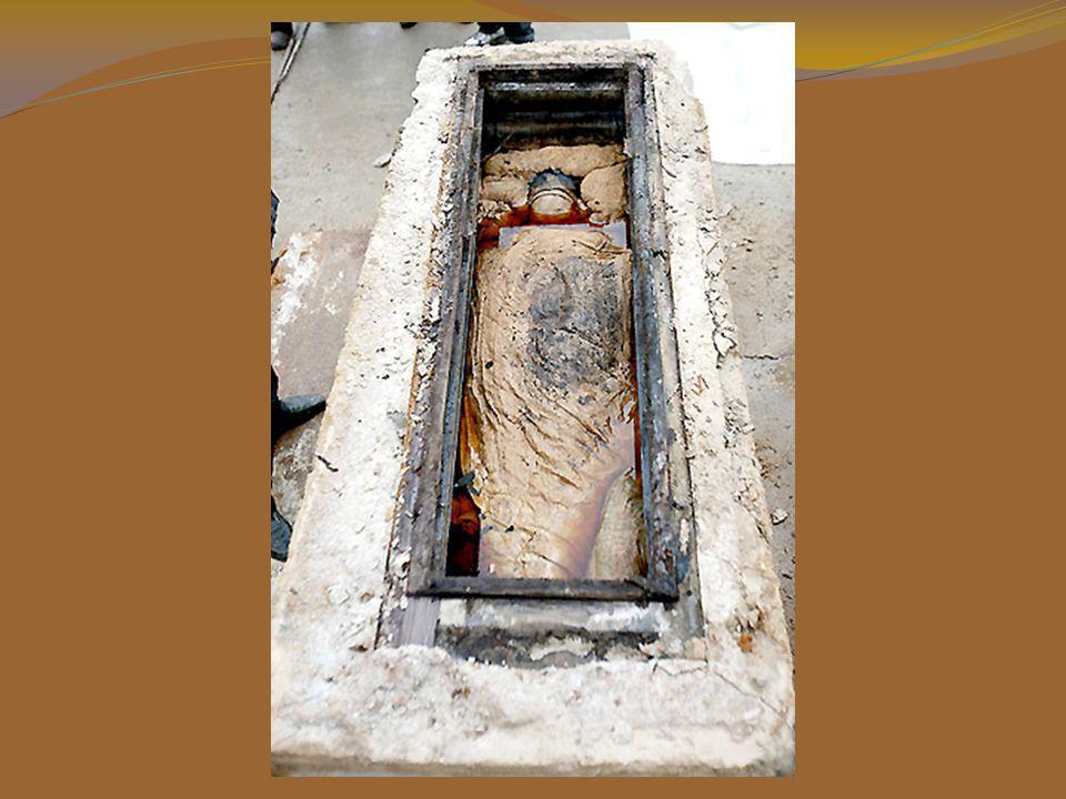 Les arch é ologues ont d é couvert le corps d une femme bien pr é serv é à l'int é rieur d'un cercueil en pierre en Chine (700 ans).