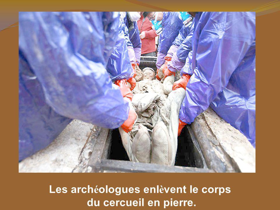 Les chercheurs du mus é e ont soigneusement ouvert les cercueils. Dans deux ils ont trouv é des squelettes, des vêtements et des objets fun é raires.