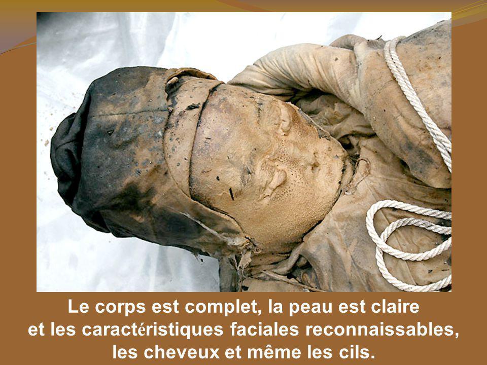 Le corps est complet, la peau est claire et les caract é ristiques faciales reconnaissables, les cheveux et même les cils.