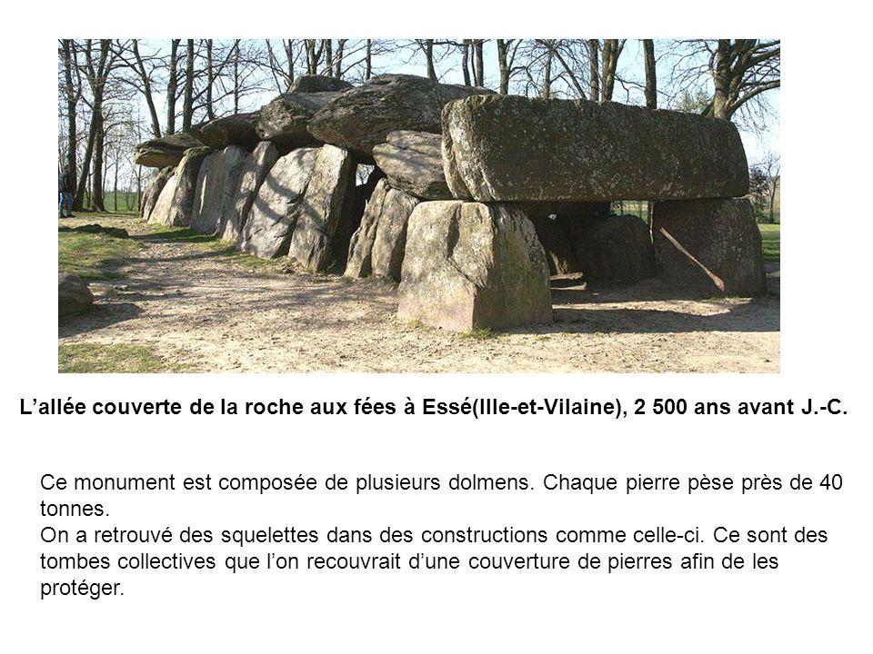 Ce monument est composée de plusieurs dolmens. Chaque pierre pèse près de 40 tonnes. On a retrouvé des squelettes dans des constructions comme celle-c
