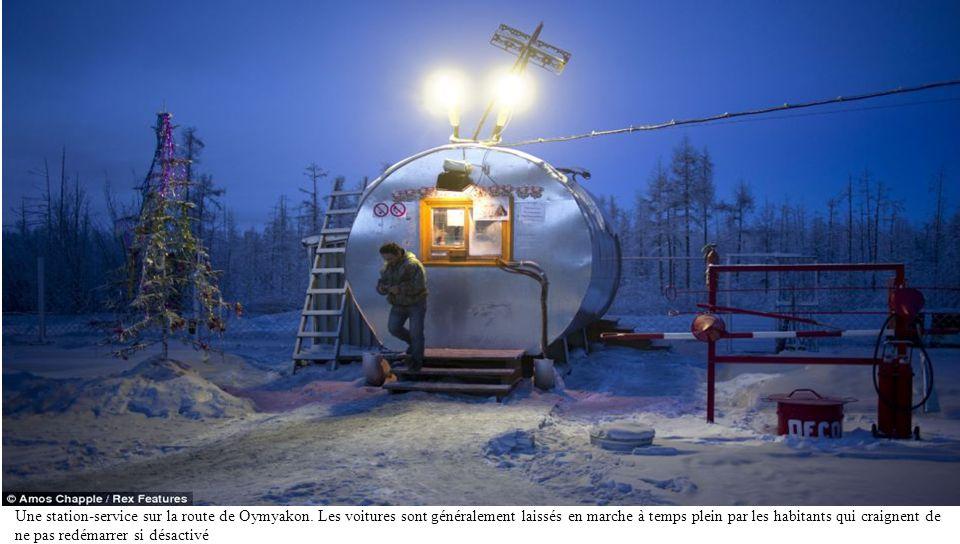 Une toilette dans la toundra à un arrêt de l'essence sur la route de Oymyakon