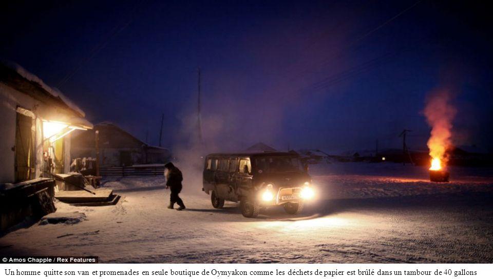 Une station-service sur la route de Oymyakon. Les voitures sont généralement laissés en marche à temps plein par les habitants qui craignent de ne pas