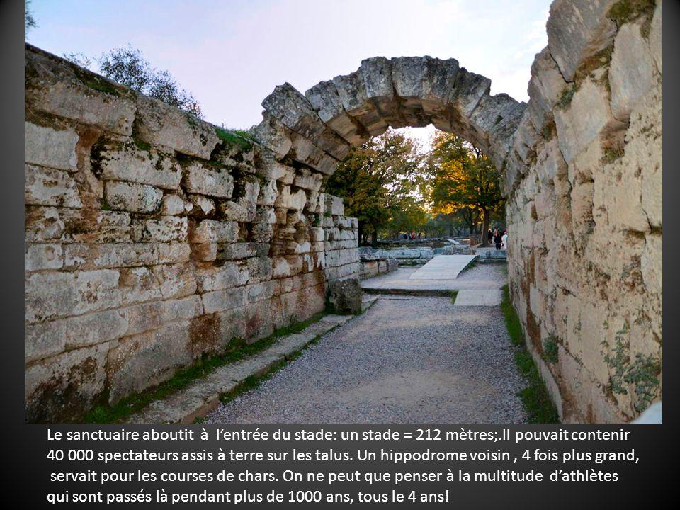 Le sanctuaire aboutit à lentrée du stade: un stade = 212 mètres;.Il pouvait contenir 40 000 spectateurs assis à terre sur les talus.
