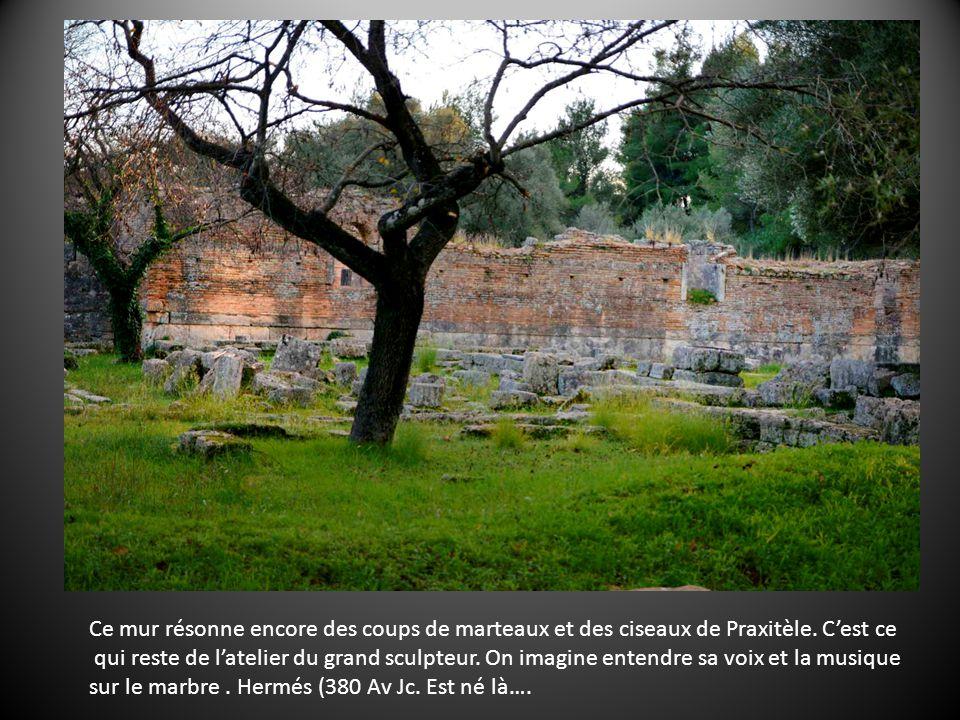 Ce mur résonne encore des coups de marteaux et des ciseaux de Praxitèle.