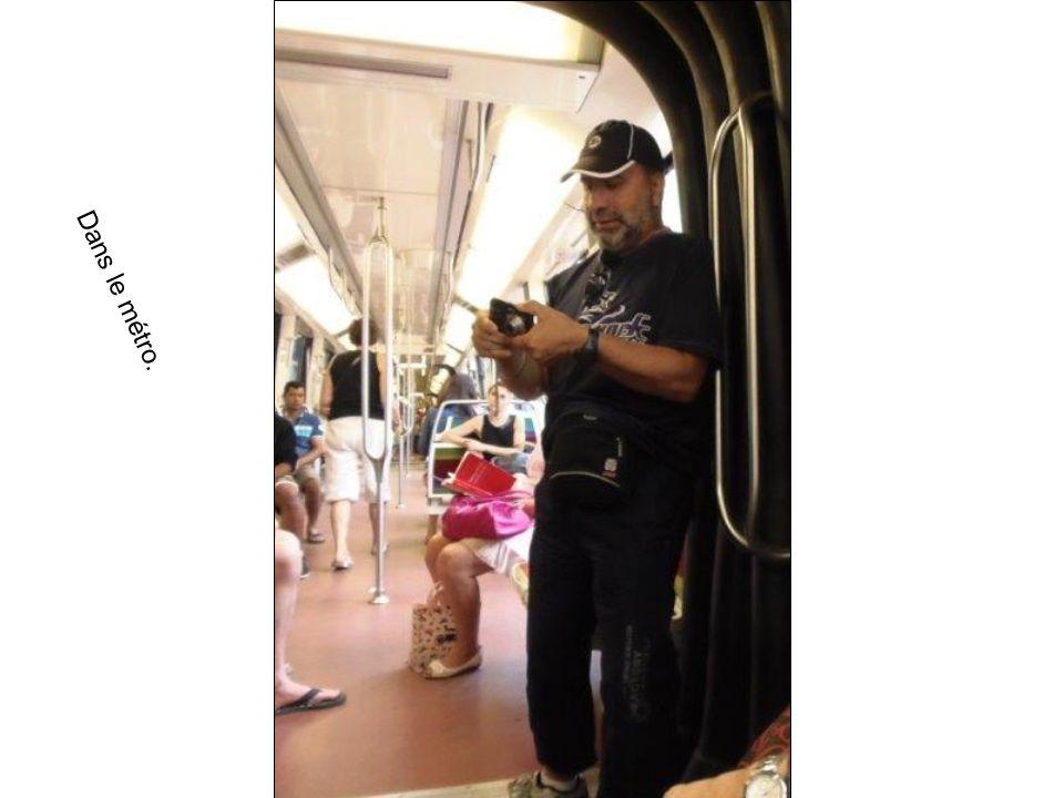Dans le métro.