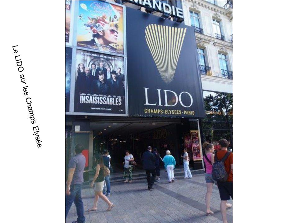 Lentrée du LIDO : Célèbre cabaret Parisien