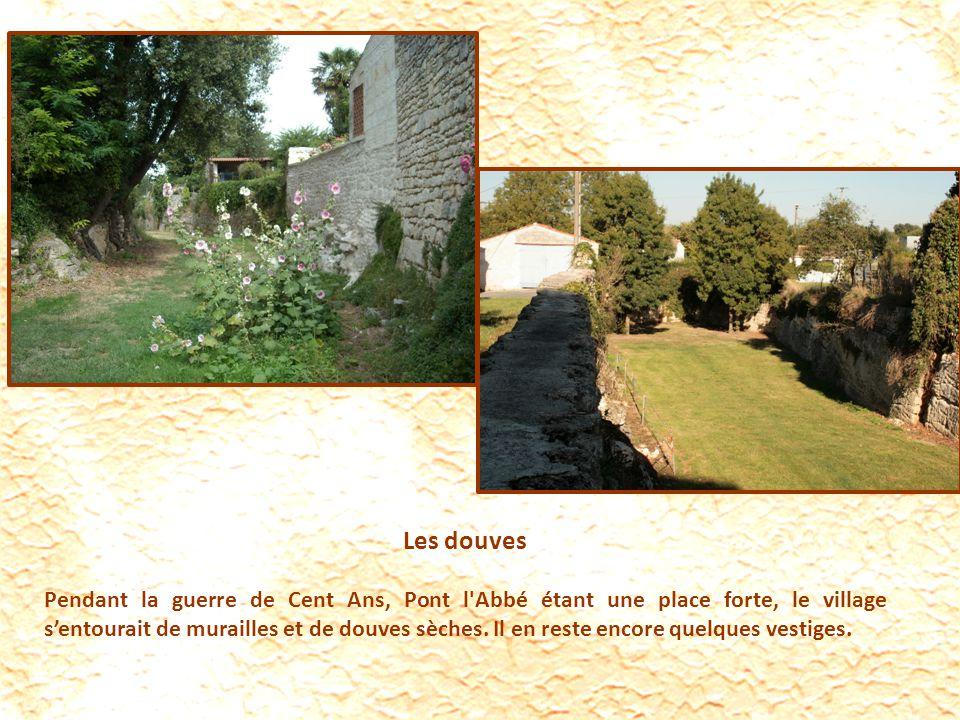 Les douves Pendant la guerre de Cent Ans, Pont l Abbé étant une place forte, le village sentourait de murailles et de douves sèches.