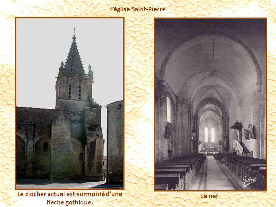 Léglise Saint-Pierre Le clocher actuel est surmonté dune flèche gothique. La nef