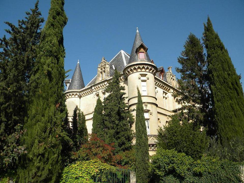 Le village de Charleval est situé face au massif du Luberon. Le village présente la particularité dêtre À l » Américaine «, ruelles suivant un alignem
