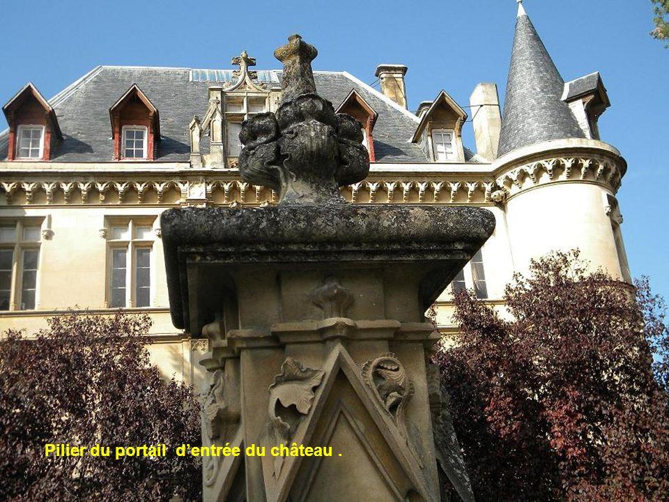 Pilier du portail dentrée du château.