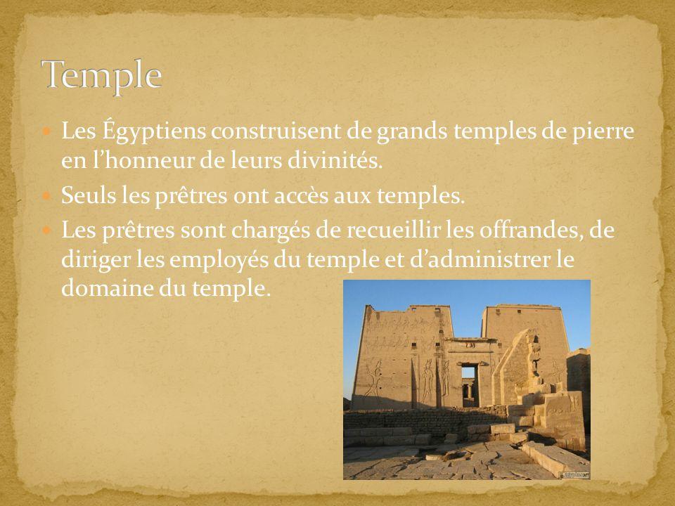 Les Égyptiens construisent de grands temples de pierre en lhonneur de leurs divinités. Seuls les prêtres ont accès aux temples. Les prêtres sont charg