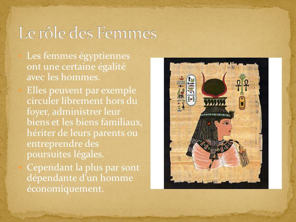 Les femmes égyptiennes ont une certaine égalité avec les hommes. Elles peuvent par exemple circuler librement hors du foyer, administrer leur biens et