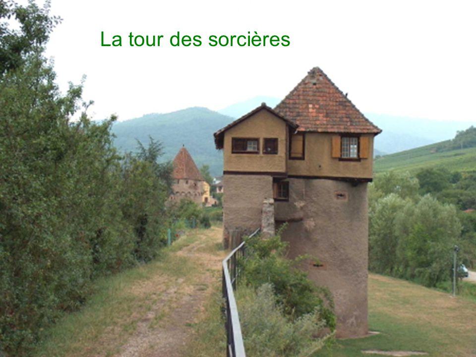 Dimpressionnantes tours de défense datent de la fin du XV ème siècle et jalonnent le sentier aménagé.