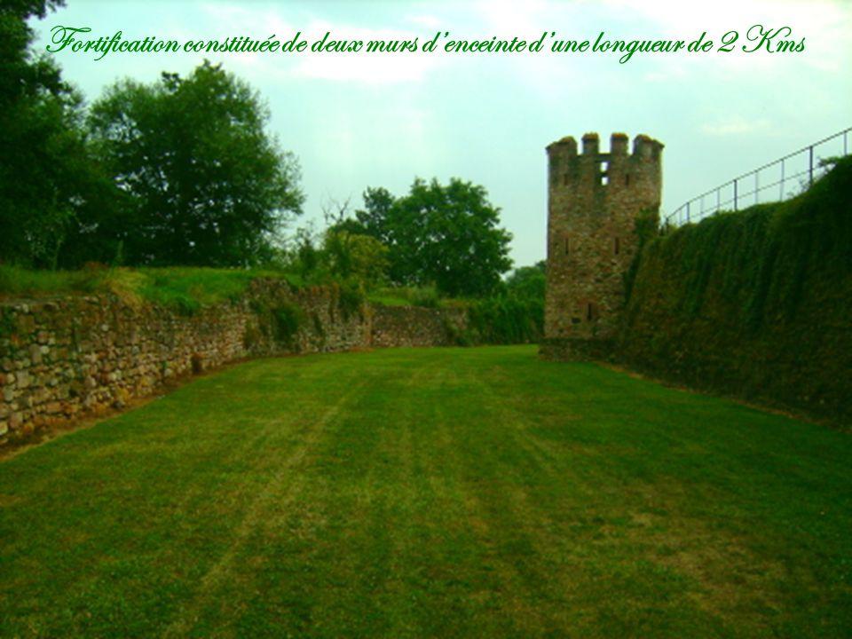 Fortification constituée de deux murs denceinte dune longueur de 2 Kms