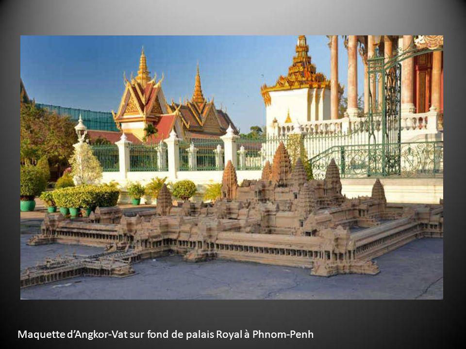 Maquette dAngkor-Vat sur fond de palais Royal à Phnom-Penh