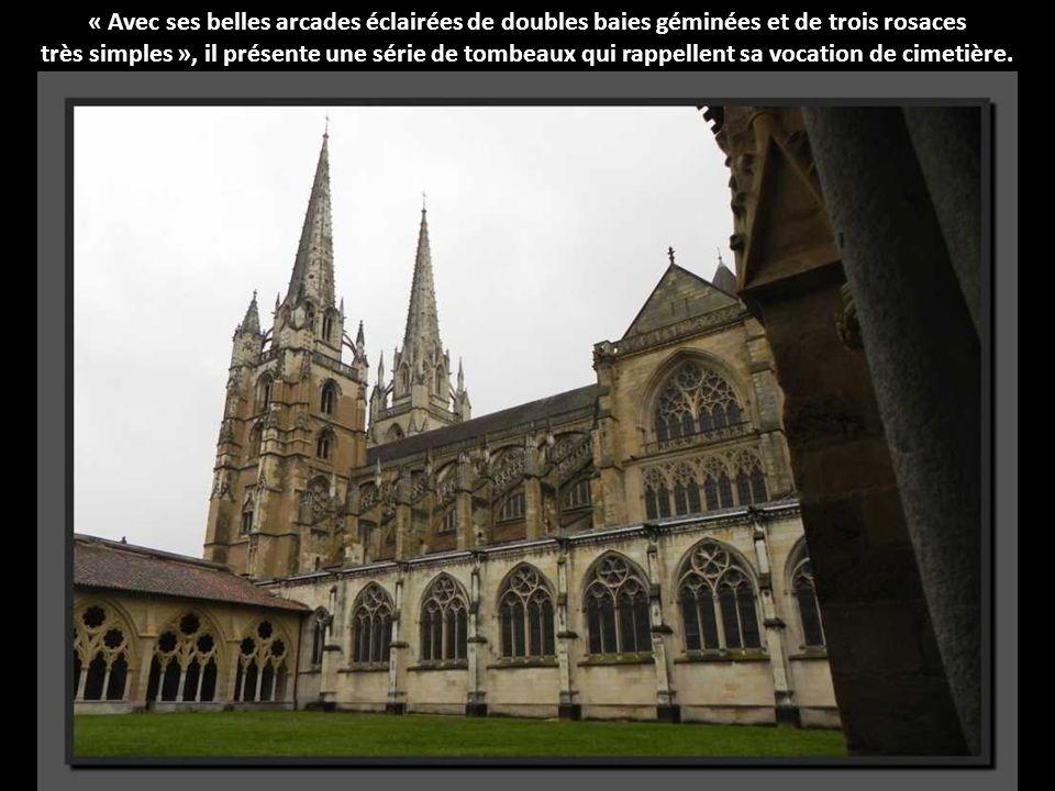 Cest un cloître gothique, qui dessine un rectangle un peu irrégulier.