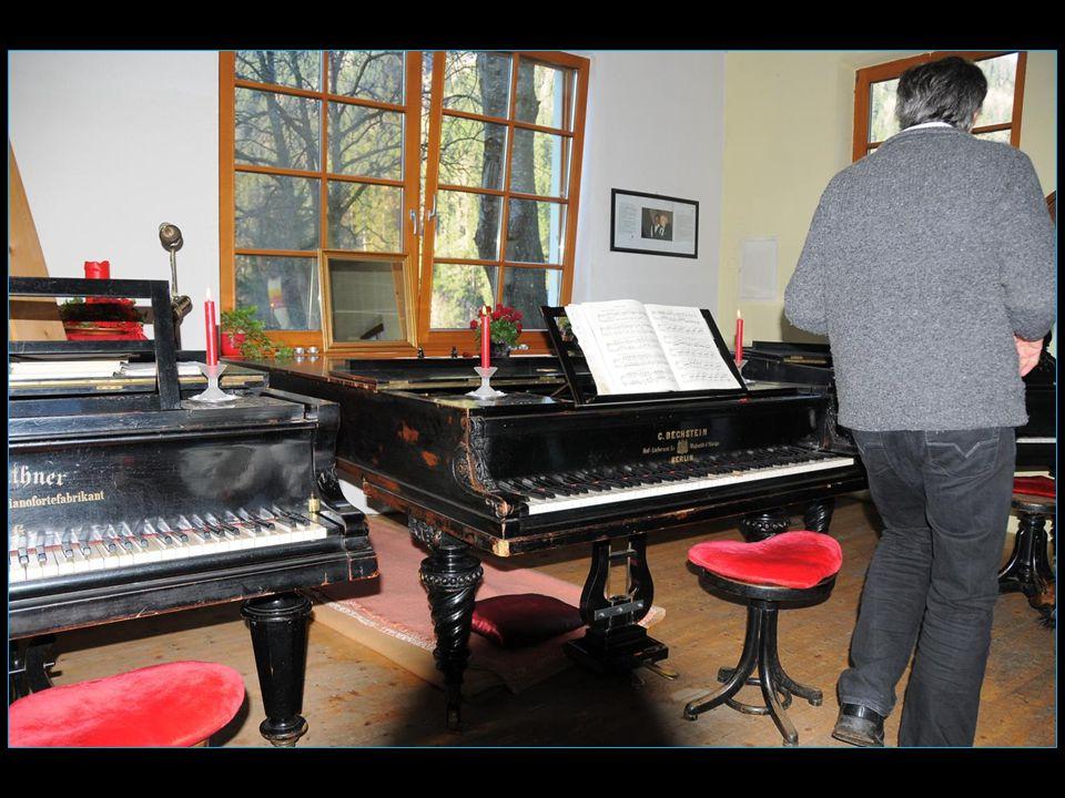 Le bâtiment musical est en forme de piano à queue forme voulue par Anton Wille