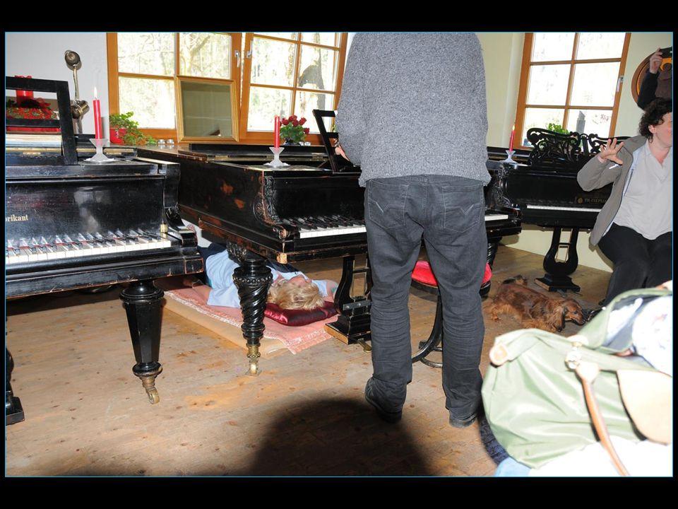 Madame Caroline est priée de de sallonger sous le piano
