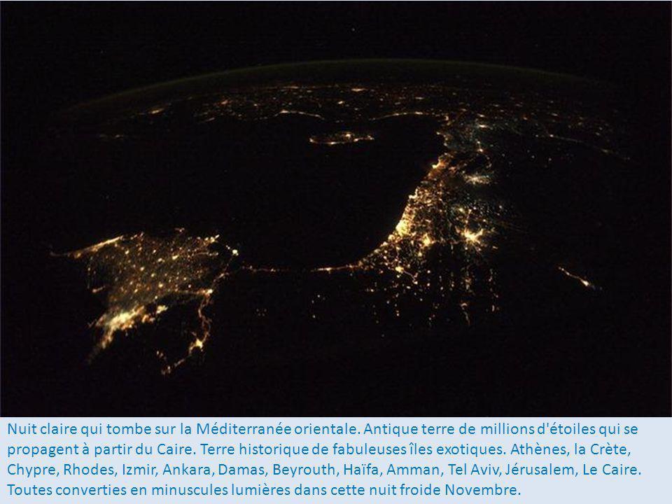 La Floride et le sud des Etats Unis durant une nuit claire dautomne à la lumière de la lune sur leau et du ciel baigné par des millions détoiles