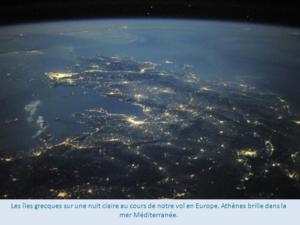 Les îles grecques sur une nuit claire au cours de notre vol en Europe.