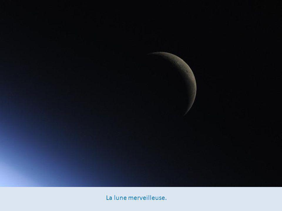 Aurores boréales au loin au cours d'une des nuits les plus spectaculaires d'Europe. La photo montre clairement le détroit de Douvres. Paris brille dan