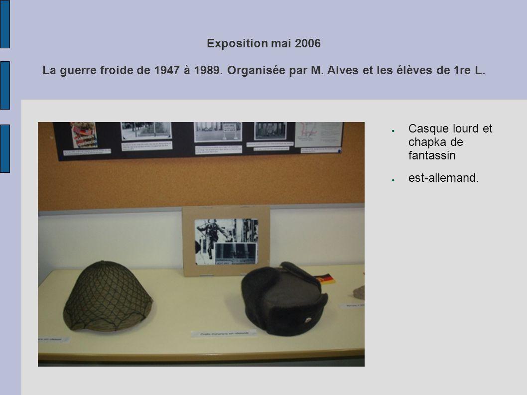 Exposition mai 2006 La guerre froide de 1947 à 1989. Organisée par M. Alves et les élèves de 1re L. Casque lourd et chapka de fantassin est-allemand.