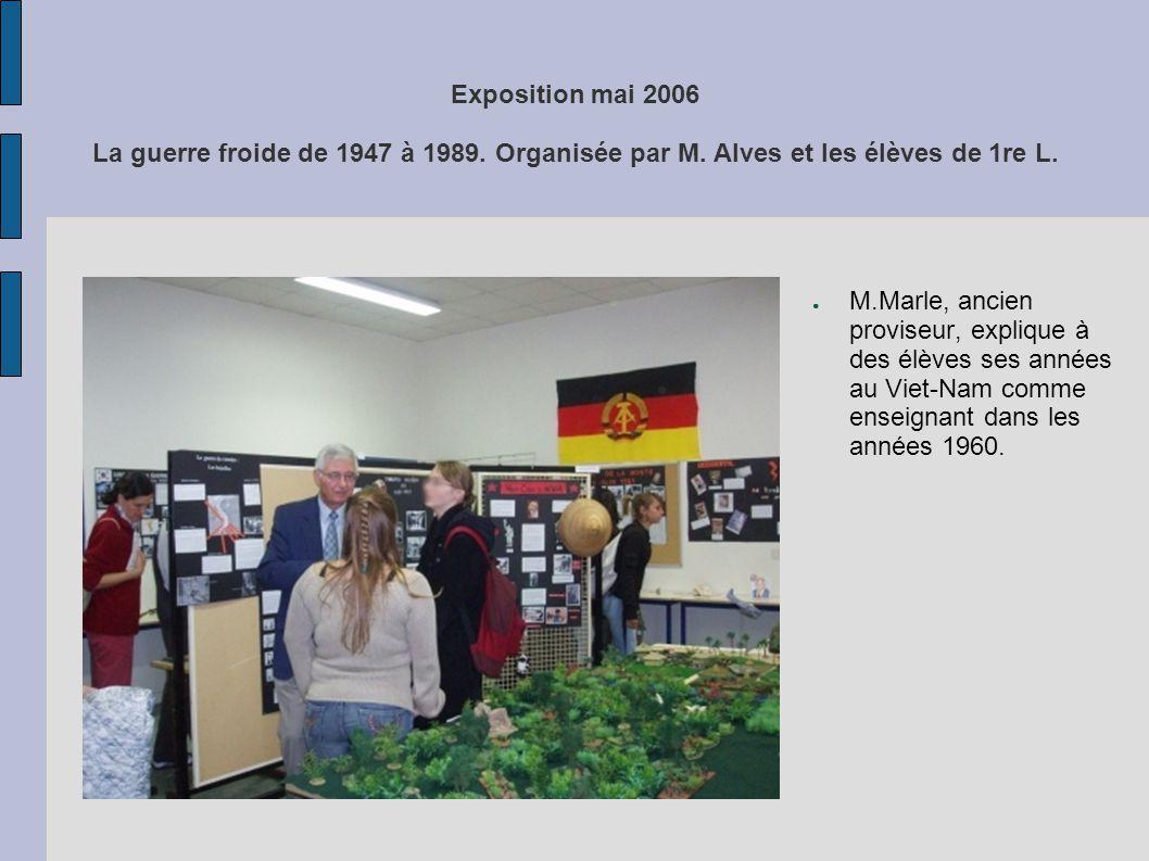 Exposition mai 2006 La guerre froide de 1947 à 1989. Organisée par M. Alves et les élèves de 1re L. M.Marle, ancien proviseur, explique à des élèves s