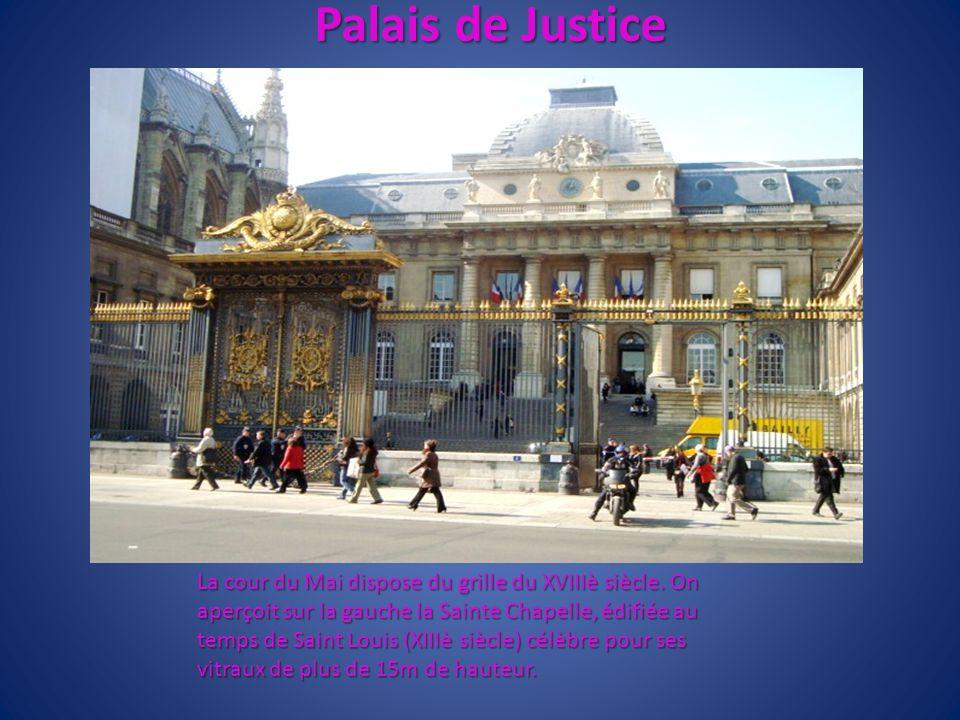 Palais de Justice La cour du Mai dispose du grille du XVIIIè siècle. On aperçoit sur la gauche la Sainte Chapelle, édifiée au temps de Saint Louis (XI