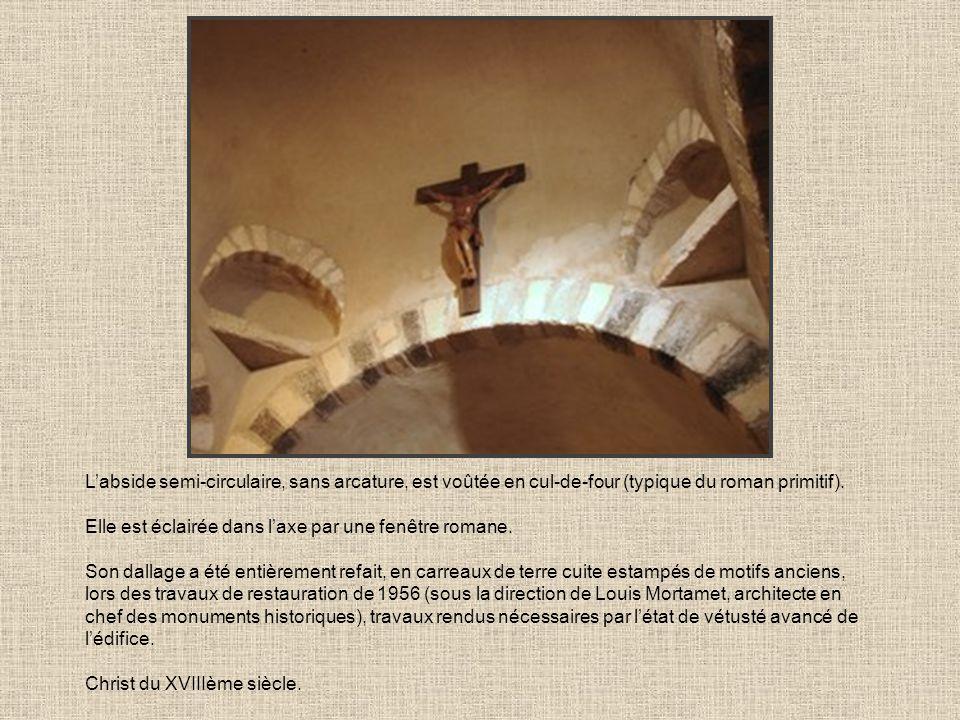 Labside semi-circulaire, sans arcature, est voûtée en cul-de-four (typique du roman primitif). Elle est éclairée dans laxe par une fenêtre romane. Son