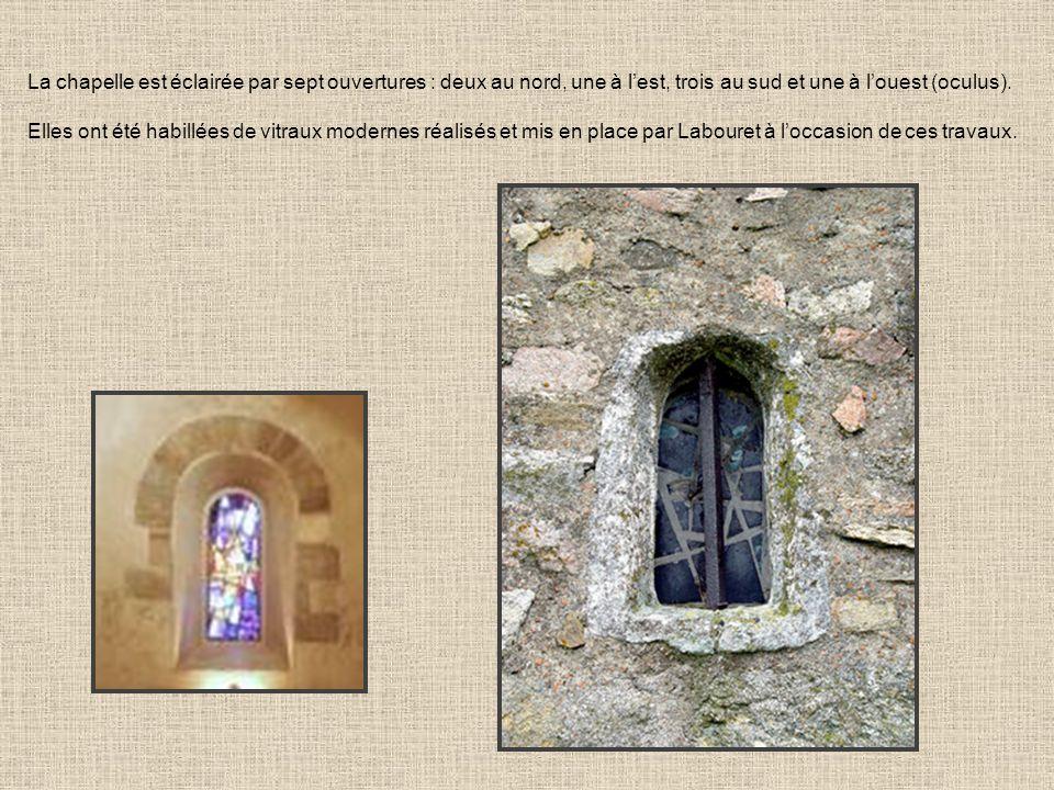 La chapelle est éclairée par sept ouvertures : deux au nord, une à lest, trois au sud et une à louest (oculus). Elles ont été habillées de vitraux mod