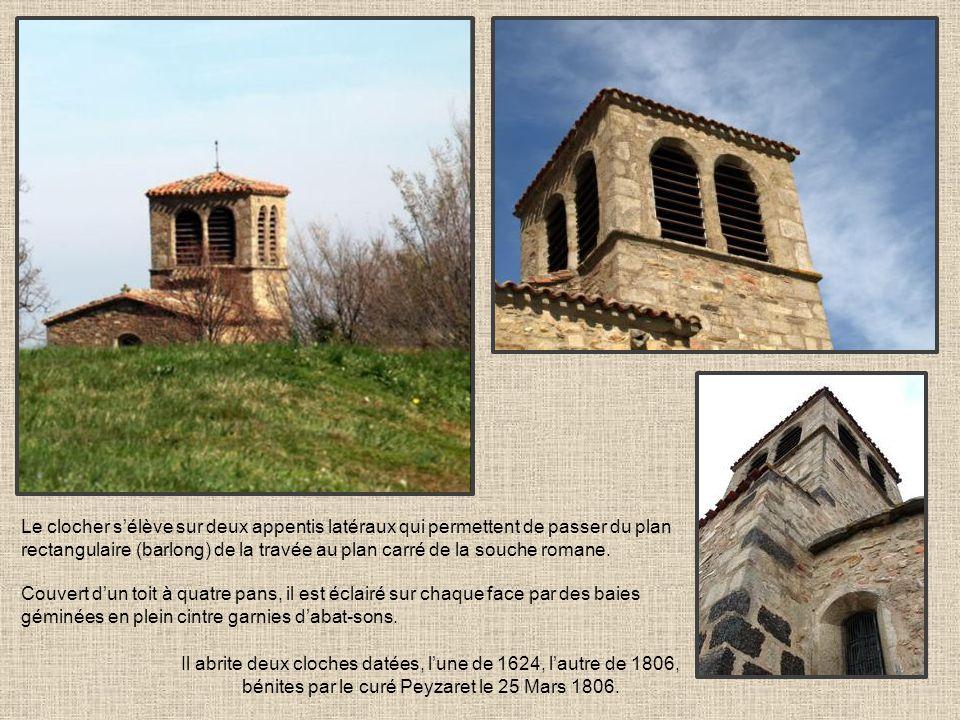 Le clocher sélève sur deux appentis latéraux qui permettent de passer du plan rectangulaire (barlong) de la travée au plan carré de la souche romane.