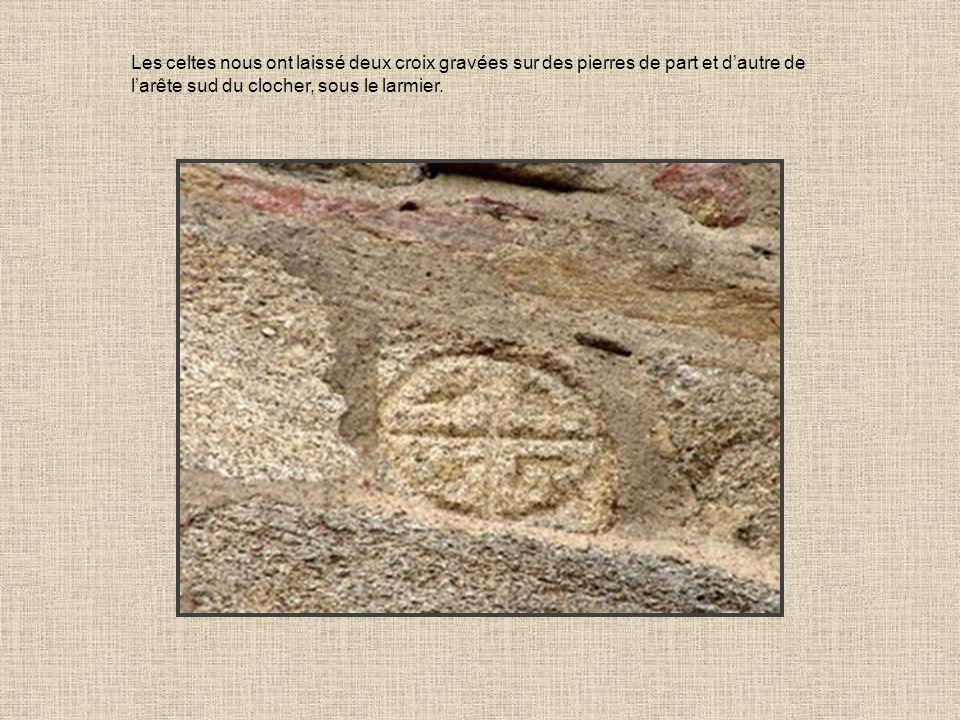 Les celtes nous ont laissé deux croix gravées sur des pierres de part et dautre de larête sud du clocher, sous le larmier.