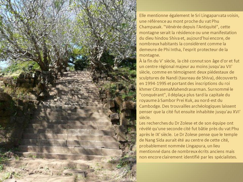 Elle mentionne également le Sri Lingaparvata voisin, une référence au mont proche du vat Phu Champasak.