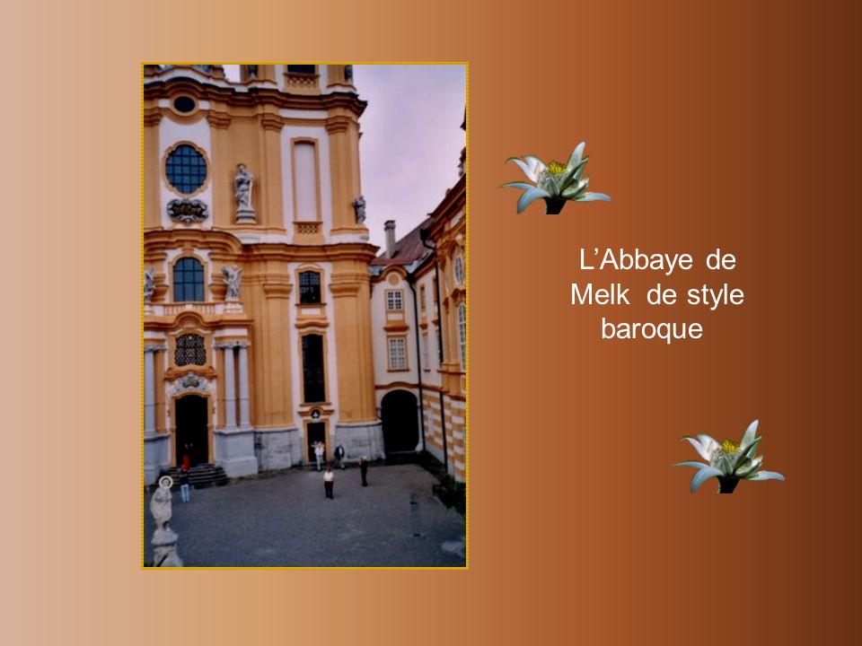 À Dürnstein, le plus joli clocher baroque bleu dAutriche