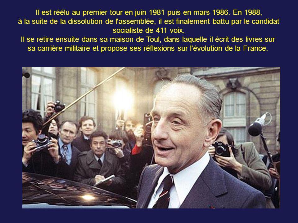 Convoqué par l'Élysée, il rencontre le 30 janvier 1975 le président Valéry Giscard d'Estaing qui lui propose le poste de secrétaire d'État à la Défens