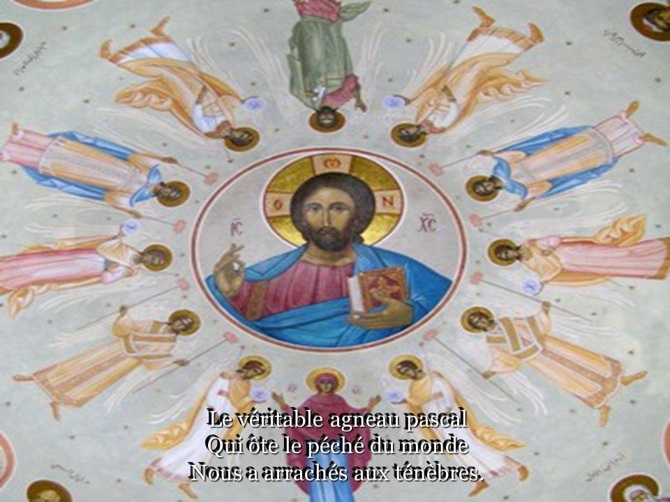 Christ a triomphé de la mort La vie a eu le dernier mot Et il est entré dans la Gloire.
