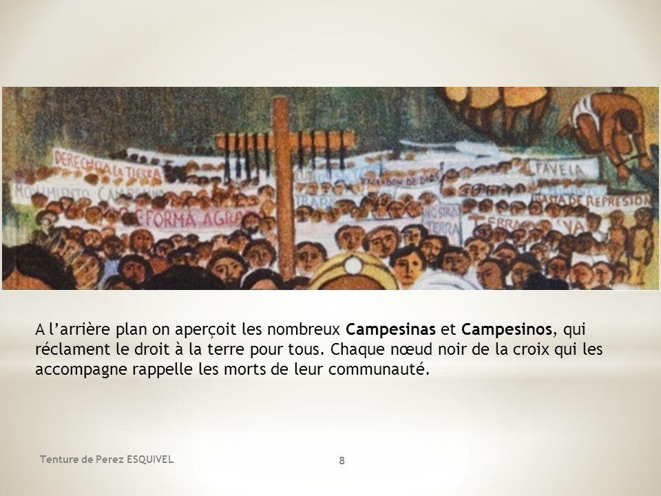 8 A larrière plan on aperçoit les nombreux Campesinas et Campesinos, qui réclament le droit à la terre pour tous. Chaque nœud noir de la croix qui les