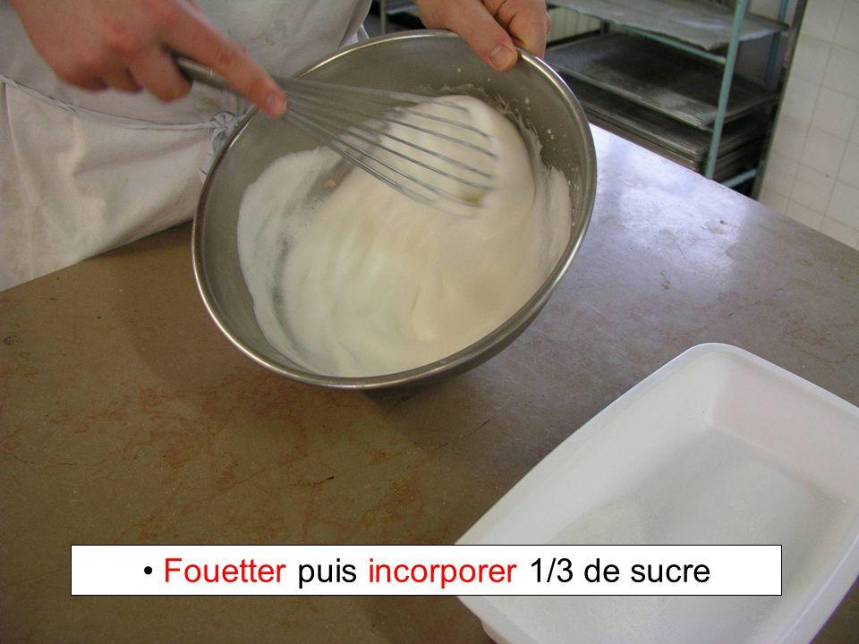 Fouetter puis incorporer 1/3 de sucre