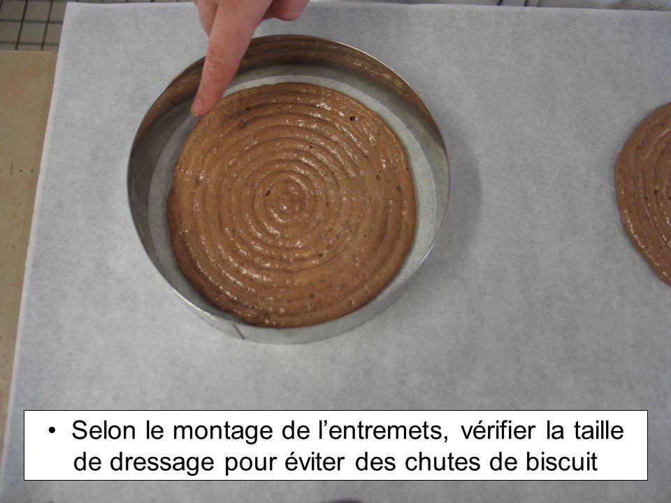Selon le montage de lentremets, vérifier la taille de dressage pour éviter des chutes de biscuit