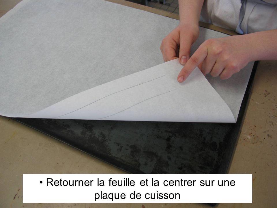 Retourner la feuille et la centrer sur une plaque de cuisson