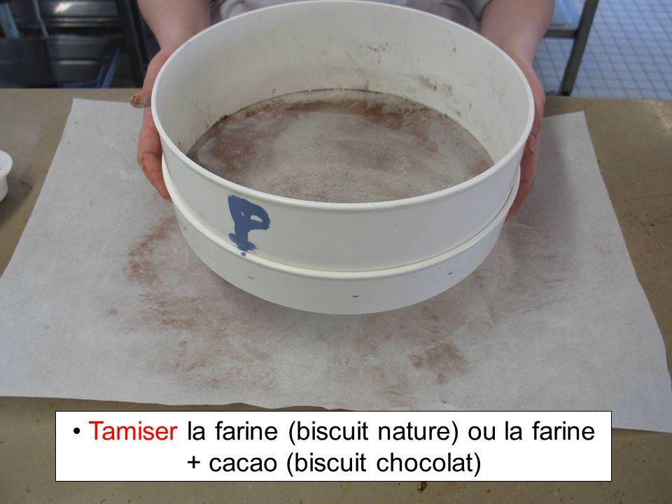 Tamiser la farine (biscuit nature) ou la farine + cacao (biscuit chocolat)